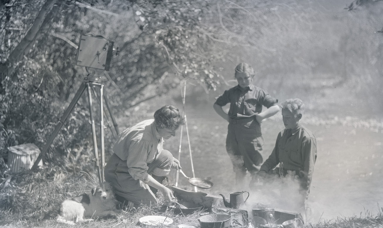 Irene Finley cooking at a campsite with Phoebe and William Jr., near Oregon City 1919. OHS Research Library, Org. Lot 369, Finley D0170.