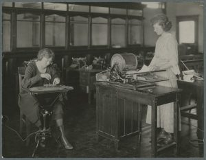 Women working on office equipment (HC0882)